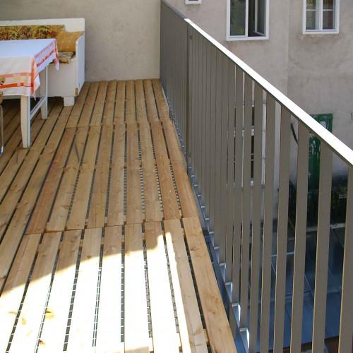 GL1137 Balkonkonstruktion Mit Holzrost2 Naeher