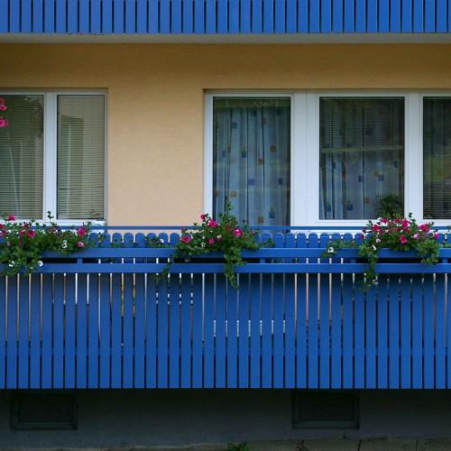 GL0465 Balkon Verkleidung blau Staebe