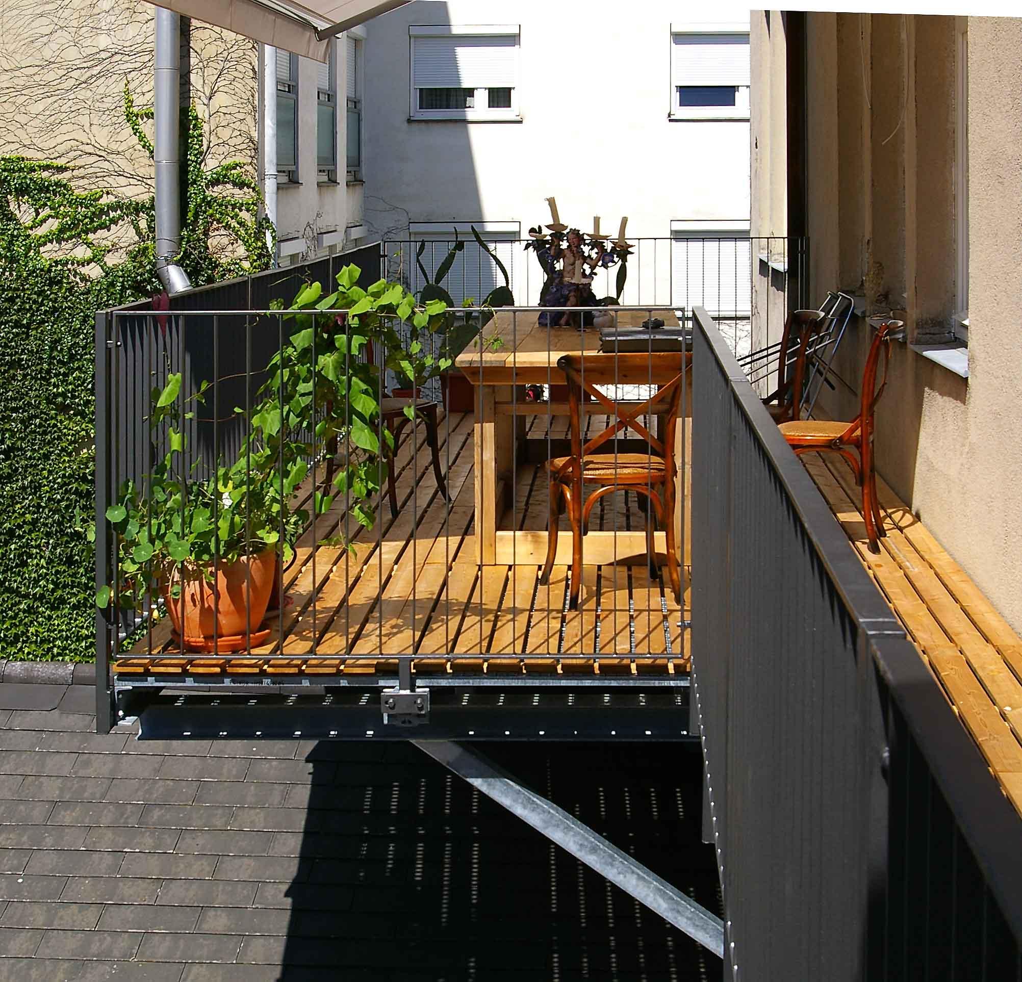 GL1135_Balkonkonstruktion_mit_Holzrost1_naeher