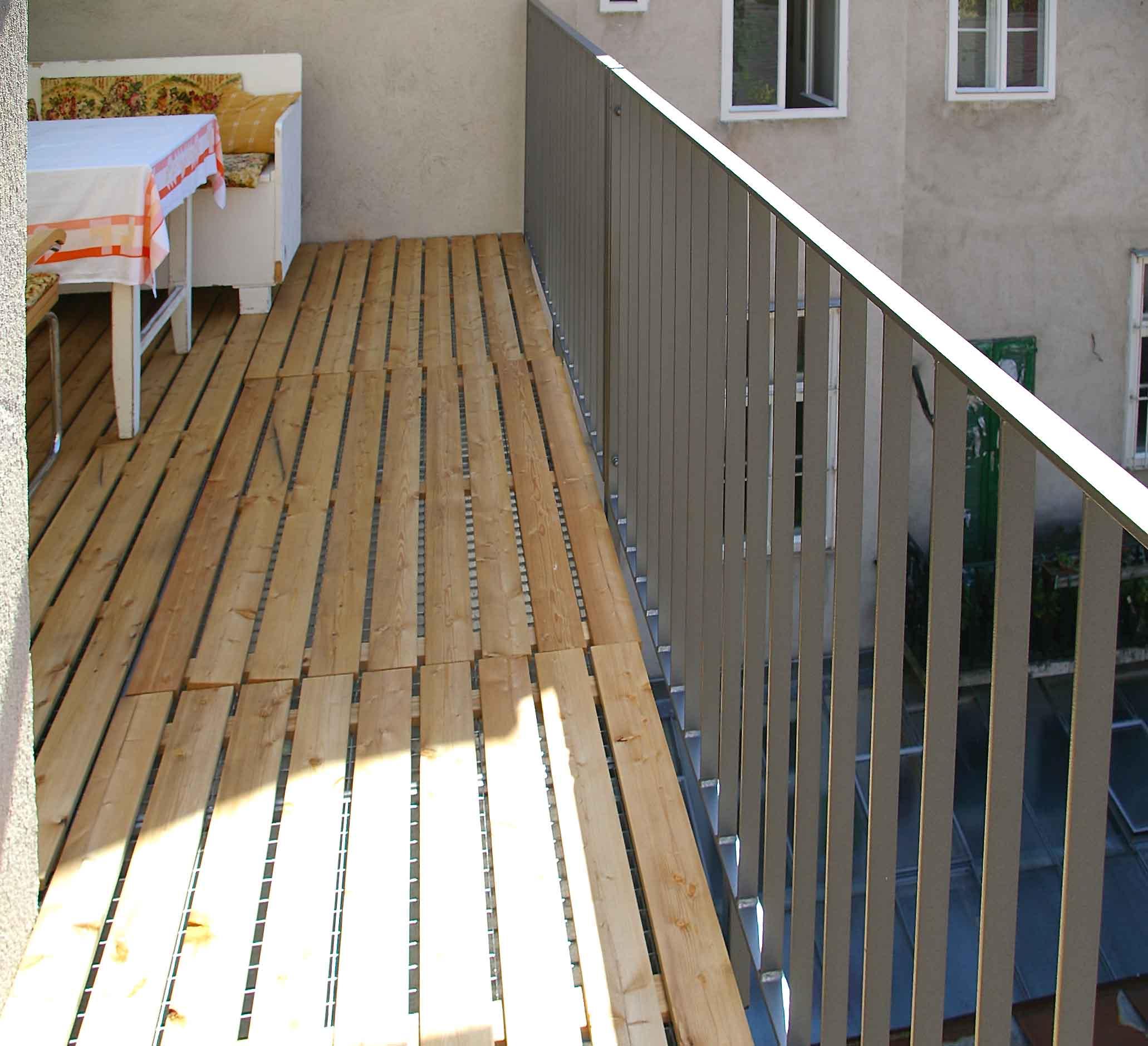GL1137_Balkonkonstruktion_mit_Holzrost2_naeher